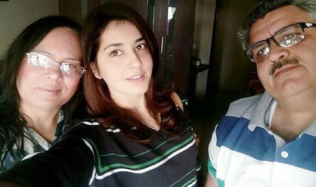 Raashi Khanna with her Parents