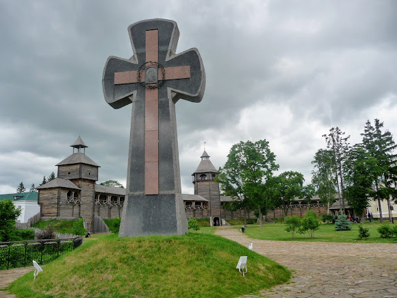 Батурин. Цитадель. Памятник жертвам Батуринской трагедии 1708 года