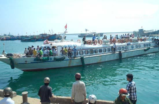 Tàu Hồng Danh 09 chở khách ra đảo Lý Sơn.