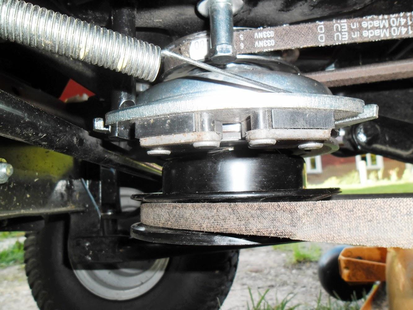 0132ae004da Mootori võllil alumine on niiduki rihm. Ülevalpool on piduri-sidurisüsteem  ja selle kohal veorihm.
