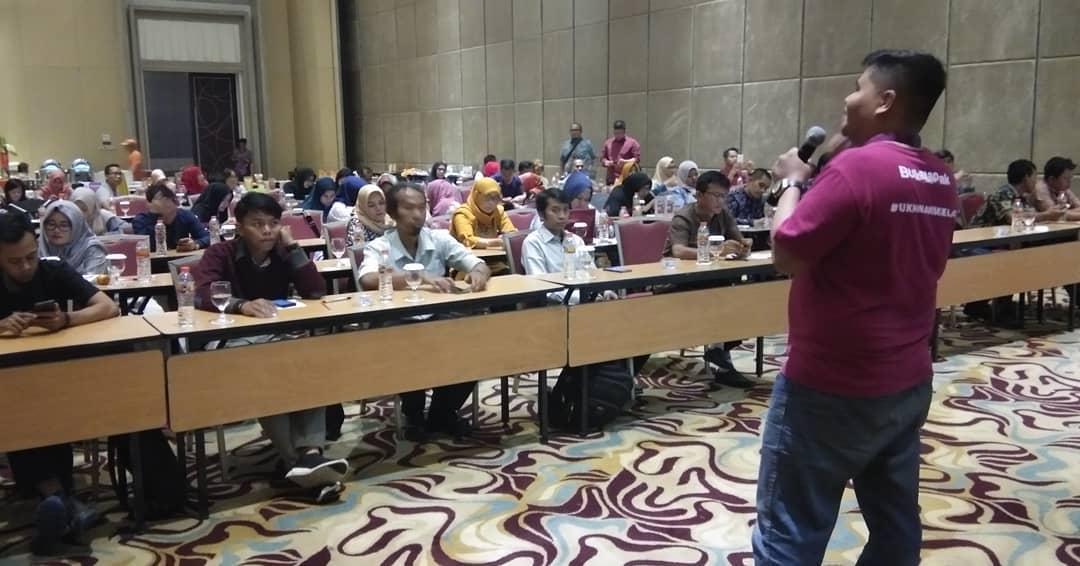 Gengen saat Memberikan Paparan tentang Product Knowledge di hadapan 100 Pelaku UKM Jawa Barat