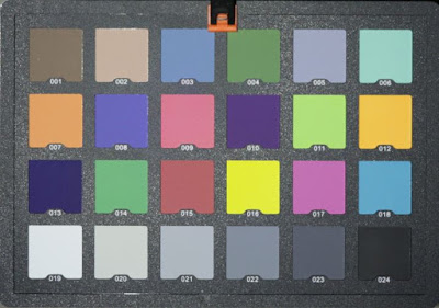 Karta kolorów oświetlona latarką Olight i3T. Zdjęcie zrobione z manualnym balansem bieli ustawionym na 5000K