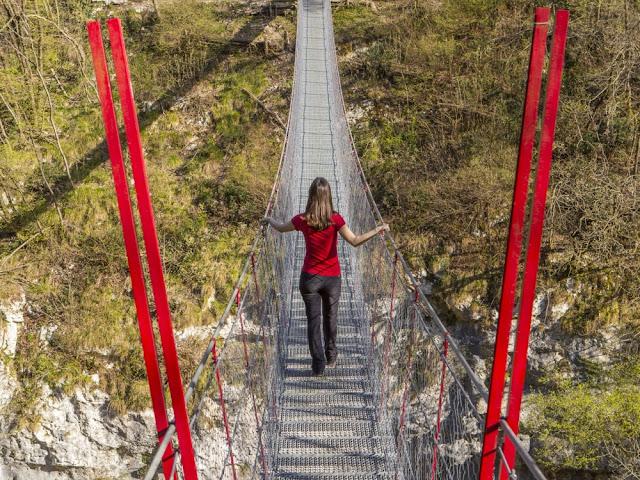 Affascinante escursione nella natura selvaggia ricca di cascate, torrenti, grotte, passaggi attrezzati e attraversamento del Ponte Tibetano
