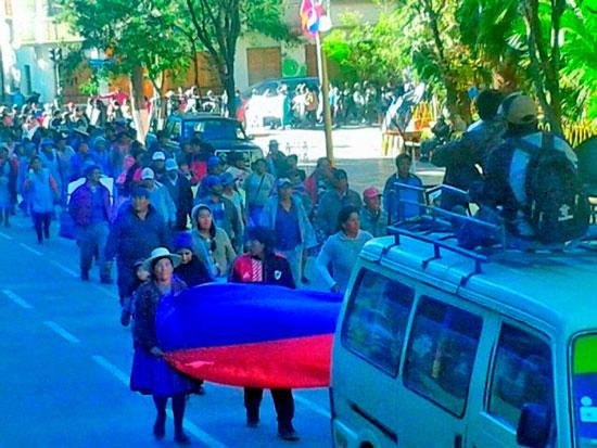Juntas vecinales de Tupiza bloquean la vía troncal Tupiza - Villazón - Potosí