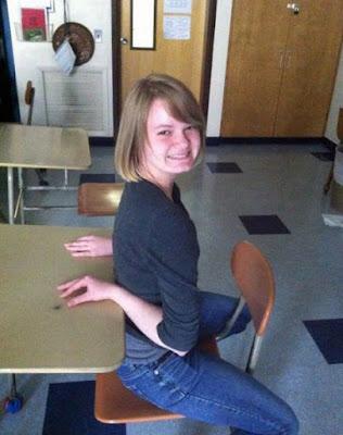 Lustige Frauen Bilder - Arme verknicken im Unterricht