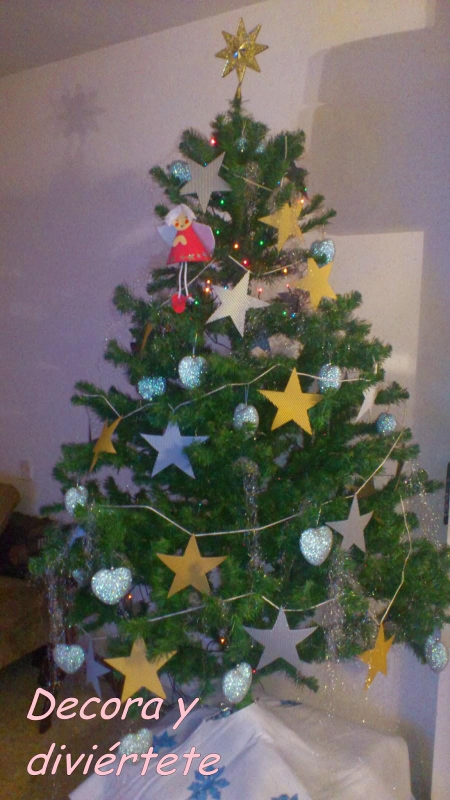 Rbol de navidad con estrellas y corazones y un bel n - Arbol navidad casa ...