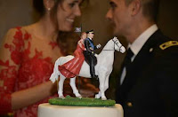 Cake topper militare realistico cavallo bianco sposa abito rosso orme magiche