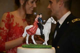 statuine personalizzate ritratti sposi abito rosso sposo militare a cavallo lombardia orme magiche