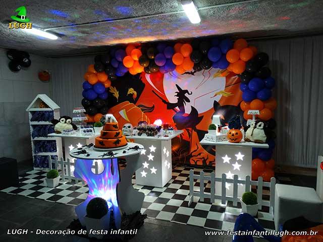 Decoração festa de aniversário Halloween em mesa provençal simples