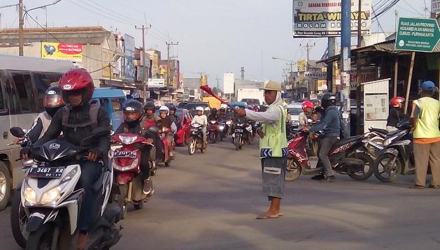 Warga Tuding Pemkab Karawang Lindungi Parkir Liar di Pasar Kosambi Klari