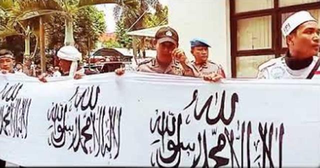 Dibantu Polisi, Umat Islam Tasikmalaya Bentangkan Spanduk Tauhid Terpanjang