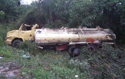 Caminhão tanque capota na BR-135 no Maranhão