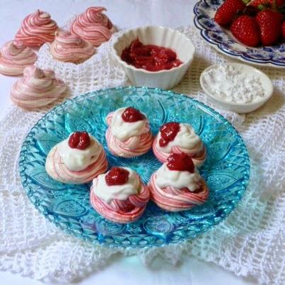 μαρεγκες με γιαουρτι και φραουλες