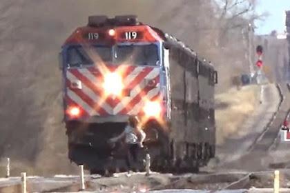Wanita Menyeberang Saat Kereta Melintas, Apa yang Terjadi?