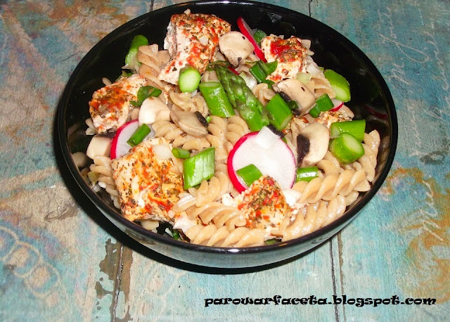 makaron na piknik z warzywami, szparagami i kurczakiem