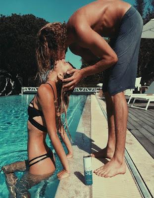 foto en pareja besandose piscina