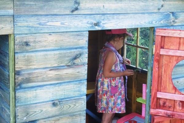 dziewczynka w domku ogrodowym