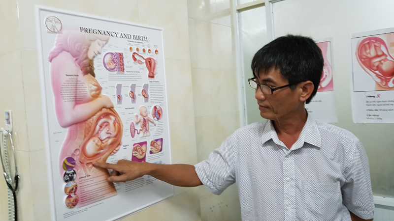 Bác sĩ Nguyễn Tĩnh Bình giải thích về nguyên nhân xảy ra sự cố y khoa. Ảnh: Tạ Vĩnh Yên