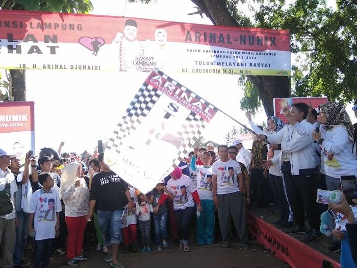 Arinal - Nunik Lepas Peserta Jalan Sehat Di Lapangan Sriwijaya Waykanan
