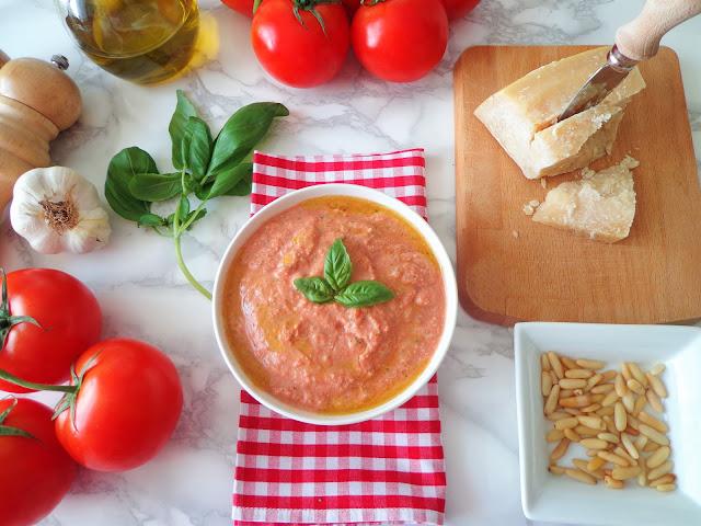 Sycylijskie pesto z pomidorami, bazylią, orzeszkami piniowymi i ricottą (Pesto alla siciliana)