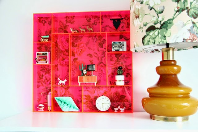 habitacion-mural-flores-estanteria-metacrilato-color