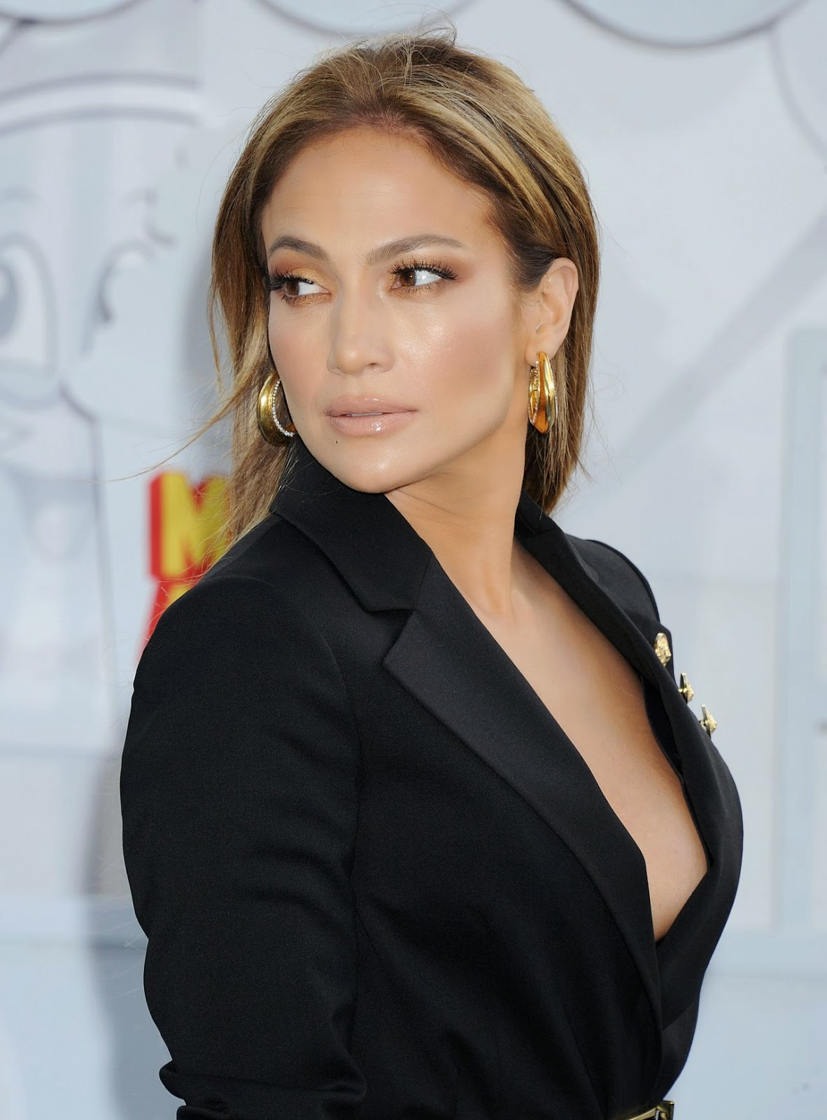 Jennifer Lopez bares cleavage in a Versus Versace mini ...