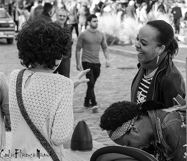Foto Blanco y Negro.Joven sonriente junto a dos amigas.