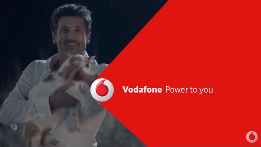 Modello Vodafone pubblicità con Patrick Dempsey e il gatto con Foto - Testimonial Spot Pubblicitario Vodafone 2017