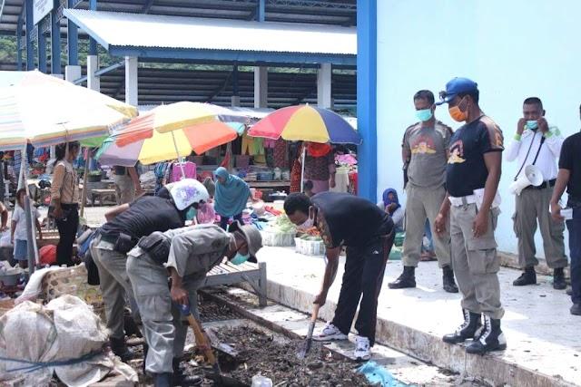Pol PP Bersih-Bersih di Pertokoan dan Pasar