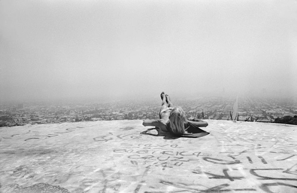 """Laid back in mount Olympus"" - Hollywood Hills, CA, 1975 foto por Hugh Holland 