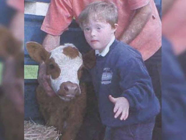 Niño con síndrome de Down salva a lindos animalitos con el mismo padecimiento