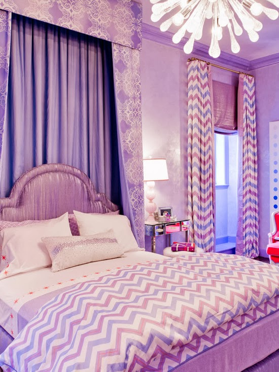 quarto com tons lilás.