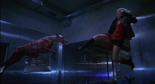 Milla Jovovich kickt einen Zombiehund beiseite