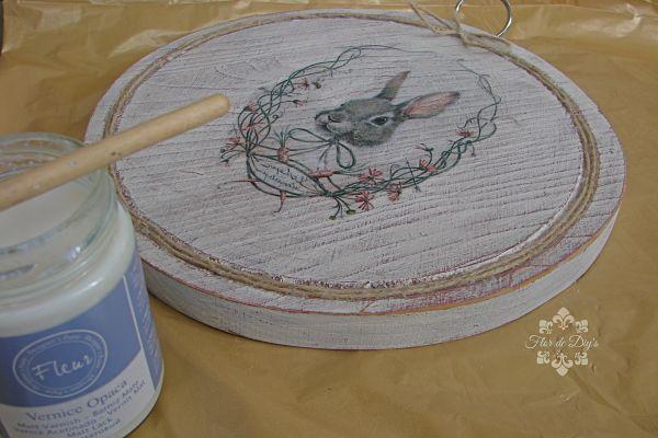 proceso-barnizando-cuadro-conejito-flor-de-diys