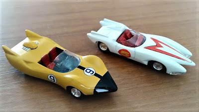 O carrinho do Corredor X ao lado do bólido do Speed Racer.