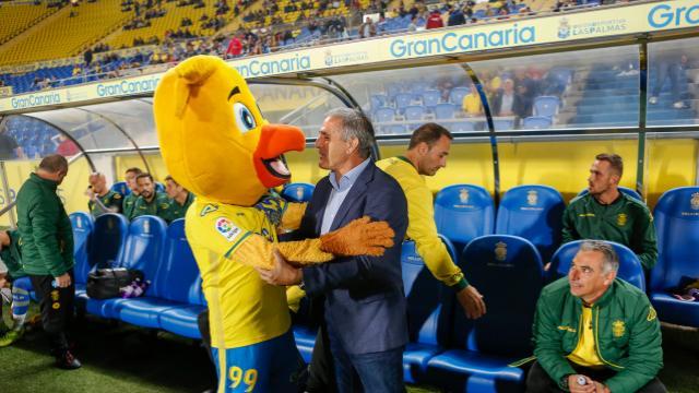 Paco Herrera y la mascota del pio pio