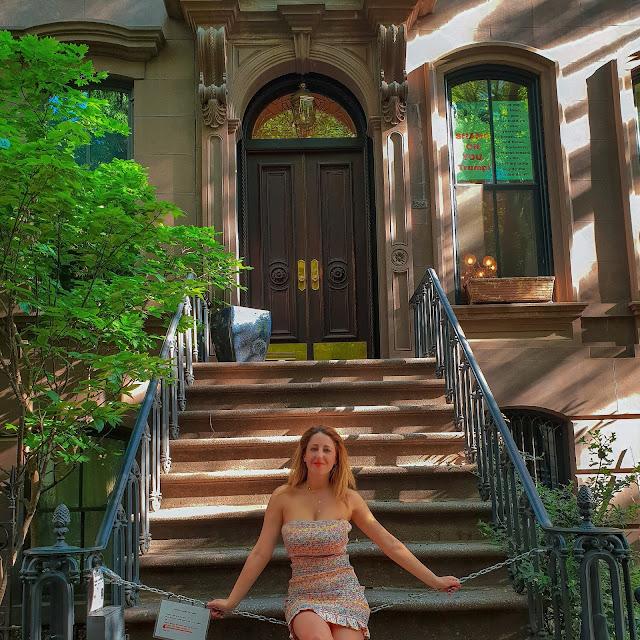 New York, ricordando Sex and the City. La foto di rito alla casa di Carrie. Alessia Siena