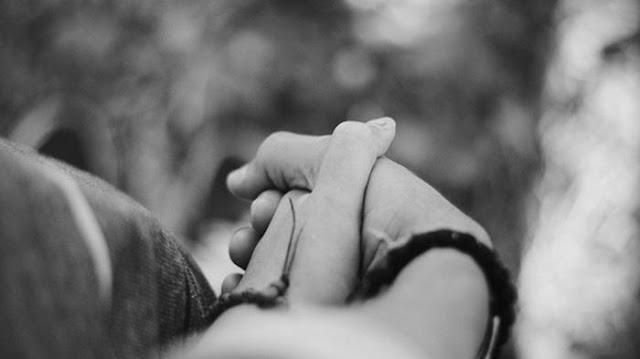 Suami Istri Bergandengan Tangan di Tempat Umum