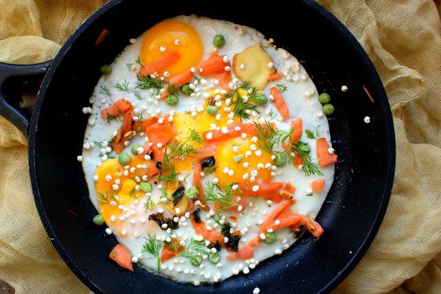 kanapki, łosoś, jaja sadzone, zdrowe śniadanie z jajkiem,katarzyna franiszynluciano,z kuchni do kuchni, jagly ekspandowane,ekspandowane ziarno prosa,soligrano,