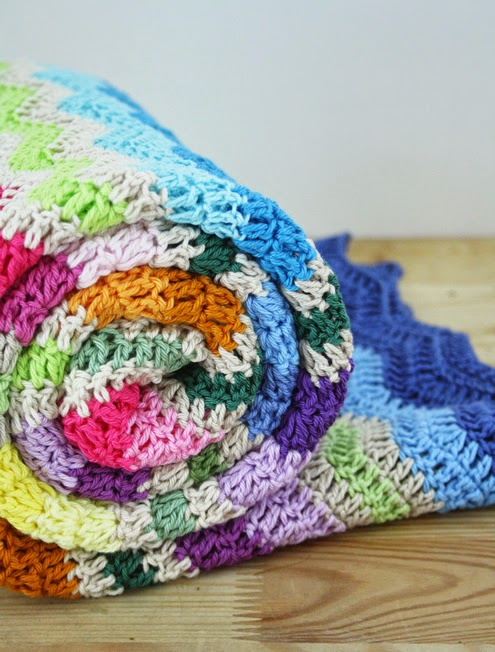 Crochet ripple stitch blanket - Happy in Red