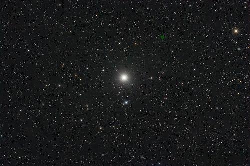 Imagem do céu estrelado noturno, com destaque para a estrela polar, ou polaris