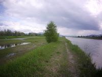 spacerem po wale rzeki