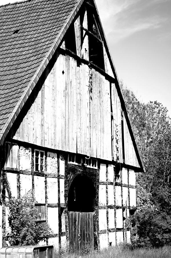 Blog + Fotografie by it's me! | fim.works | SchwarzWeissBlick No 16 | verlassenes Gehöft | Lost Place | zerfallene Fachwerkscheune