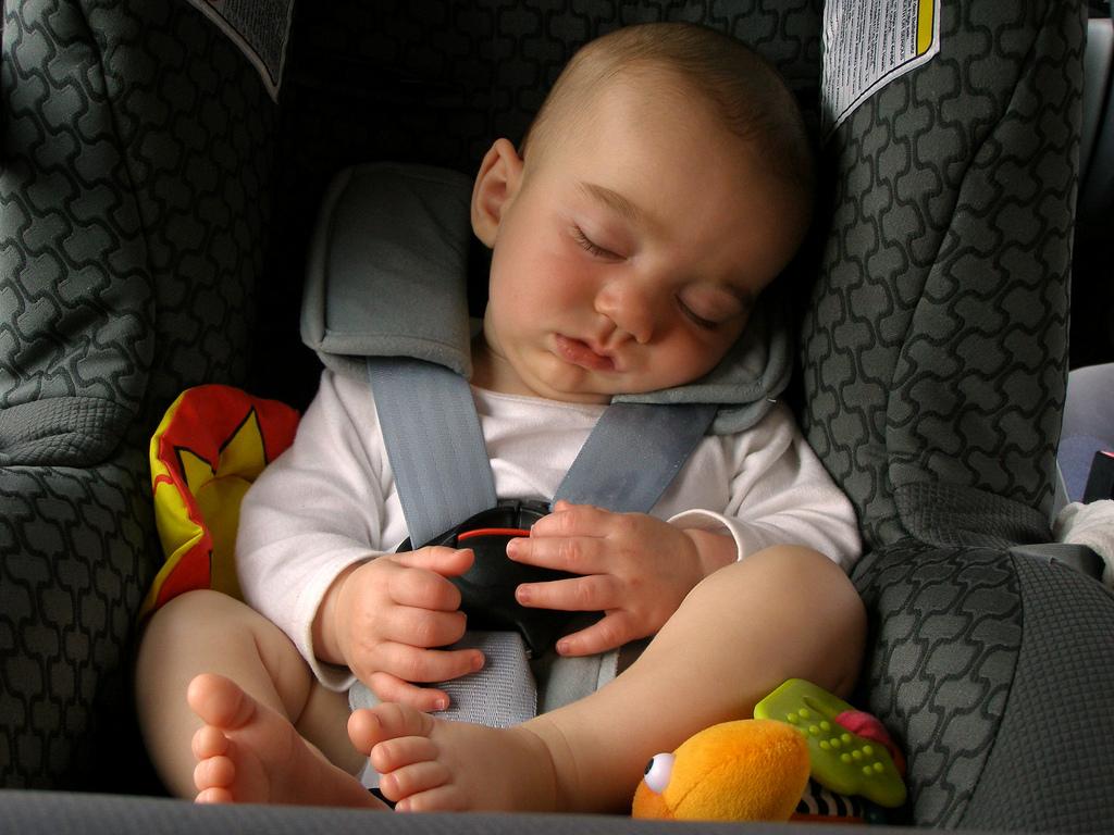 4649e31923ff5 Bebekler için pasaport fotoğrafı çektirmek zor iş. Ne verdiğin komutu  anlıyor ne koyduğun şekilde duruyor. İki haftalık olsalar bile kolları, ...