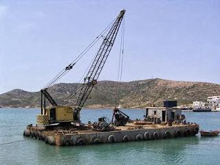 Ionian Press  «Έκατσε» πλωτός γερανός λόγω καιρού στην Κέρκυρα 853dcbbcf80