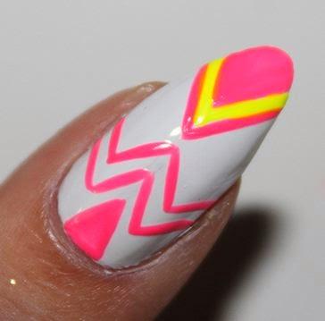 Uñas puntiagudas con diseño DIY