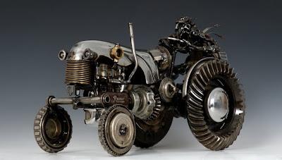 Tractor hecho con metal reciclado