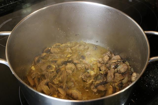 Preparación de arroz caldoso con higaditos de pollo y champiñones
