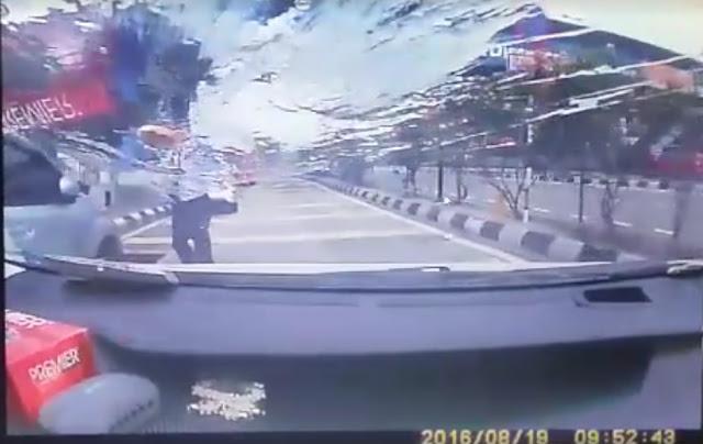 Video Pemandu GrabCar Dibaling Telur Oleh Pemandu Teksi