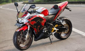 Honda CBR150R adalah satu diantara sepeda motor pabrikan Honda yang laku di penjualan motor th. ini. Spesifikasi yang di menawarkan oleh CB 150 R ini memanglah cukup mempuni, bukan sekedar penampilannya yang sangar namun performa yang tertanam dapat juga berkompetisi dengan speda motor spot lainya